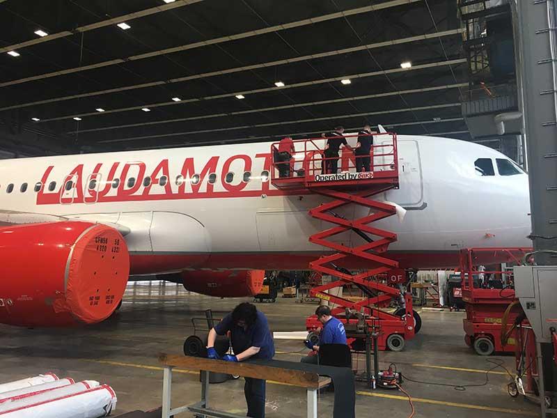 Folie Gradinger zertifizierte Flugzeug Folierung LAUDAMOTION